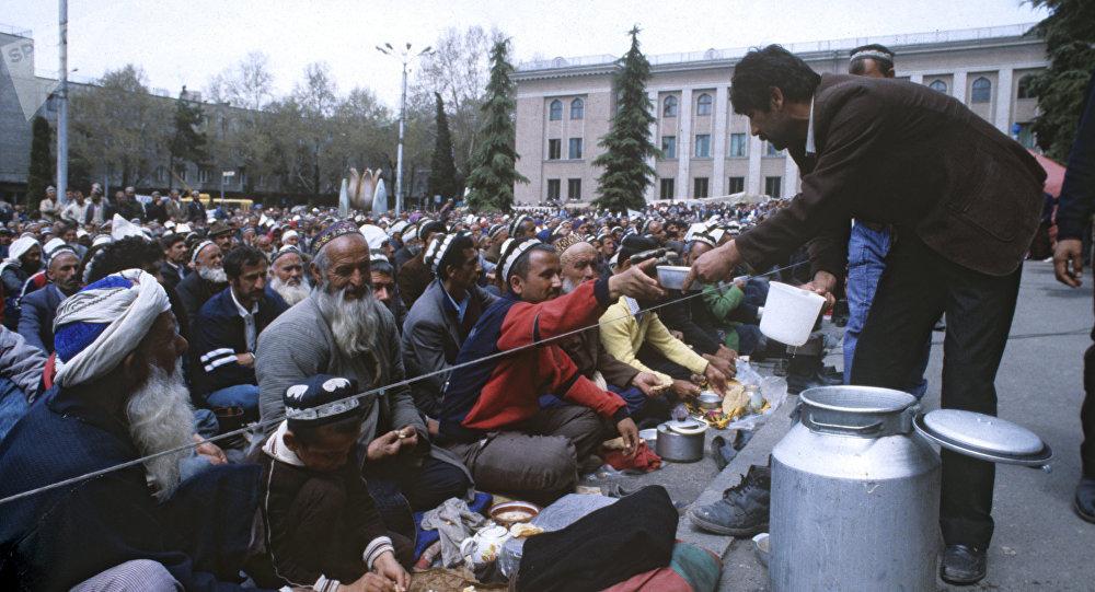 Раздача еды на площади Шахидон во время этно-регионального конфликта. Архивное фото