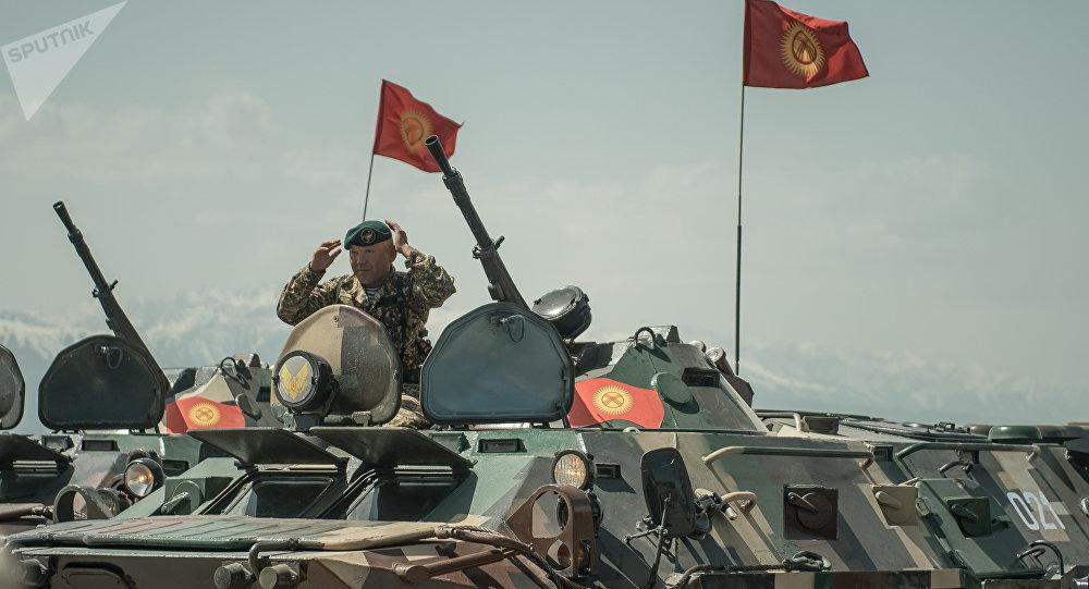 Военнослужащий на БТР во время учений в Кыргызстане. Архивное фото