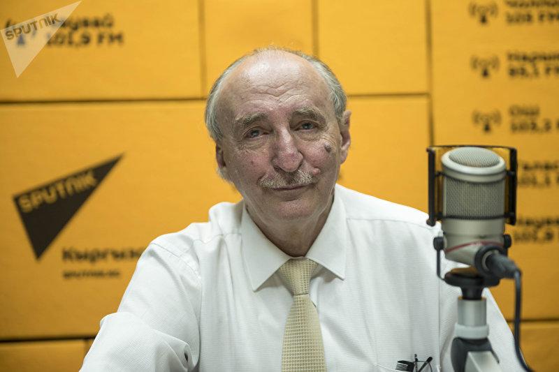 Декан медицинского факультета КРСУ Анэс Зарифьян во время бедесы на радио