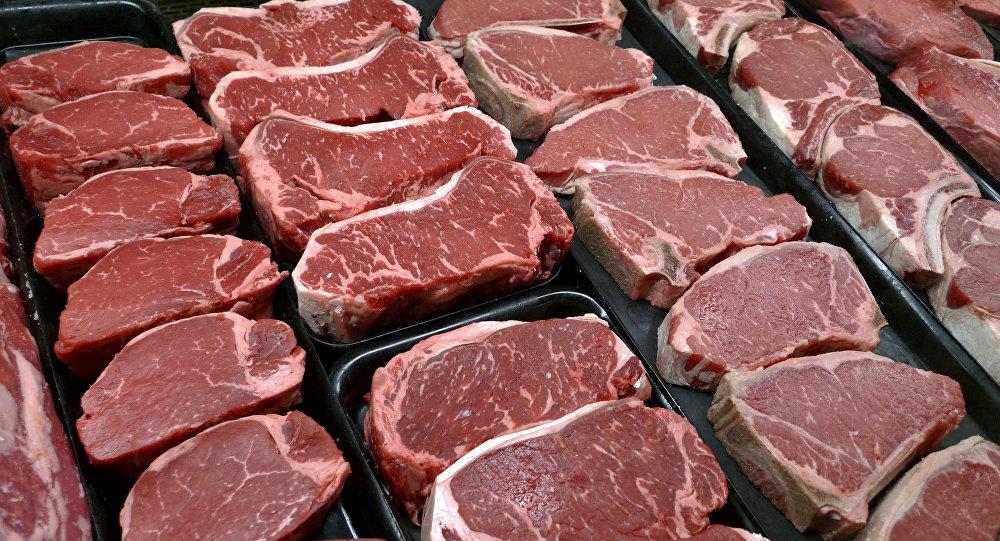 Мясо на прилавке продуктового магазина. Архивное фото
