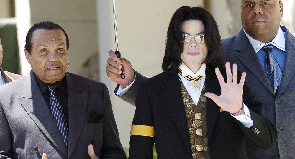 Белгилүү ырчы Майкл Жексон атасы Жо Жексон менен. Архивдик сүрөт