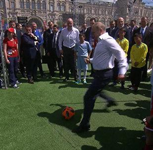 0a30f3701f23 Путин и президент ФИФА сыграли в футбол на Красной площади — видео