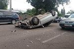 В Бишкеке автомобиль Honda врезался в едущий рядом трактор и перевернулся