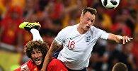 Слева направо: Маруан Феллайни (Бельгия) и Фил Джонс (Англия) в матче группового этапа чемпионата мира по футболу между сборными Англии и Бельгии.