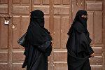 Прохожие на одной из улиц в центре города в Саудовской аравии. Архивное фото