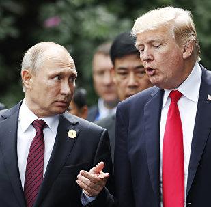 Архивное фото президента РФ Владимира Путина и президента США Дональда Трампа