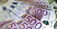 Денежные купюры: евро и доллары США. Архивное фото