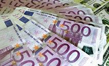 Денежные купюры: евро и доллары США.