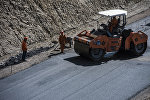 Дорожники во время укладки асфальта на альтернативной дороге по маршруту Балыкчи — Кочкор — Арал — Казарман — Джалал-Абад. Архивное фото