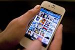 Девушка пользуется приложением Instagram на телефоне. Архивное фото
