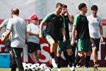 В центре: Криштиану Роналду (Португалия) на тренировке перед матчем 1/8 финала чемпионата мира по футболу против сборной Уругвая.