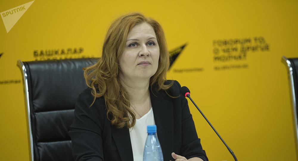 Президент Центра развития ВИЭ и энергоэффективности Татьяна Веденева во время видеомоста в мультимедийном пресс-центре Sputnik Кыргызстан.