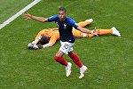 Килиан Мбаппе (Франция) радуется забитому голу в матче 1/8 финала чемпионата мира по футболу между сборными Франции и Аргентины. На втором плане - вратарь Франко Армани (Аргентина).