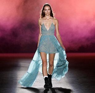 Модель представляет создание дизайнера Майка Амири в рамках его коллекции весны / лета 2019 года для лейбла Amiri во время Недели моды в Париже. Архивное фото