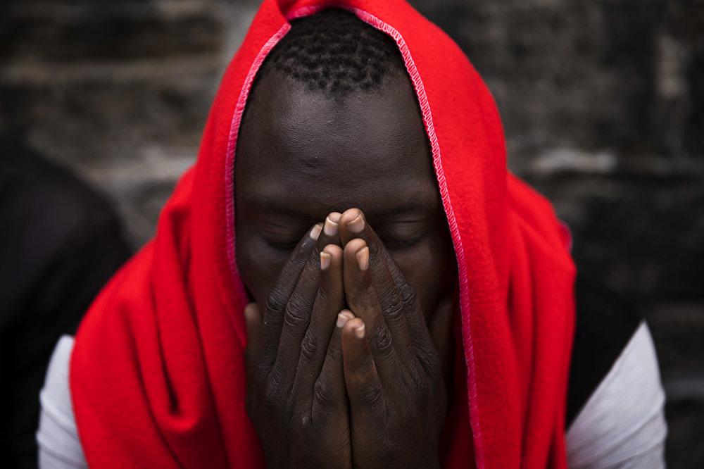 Испаниянын Тариф портунда жардам күткөн африкалык мигрант