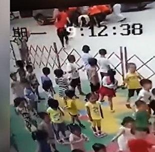 Шесть женщин подняли внедорожник и спасли мужчину — видео из Китая