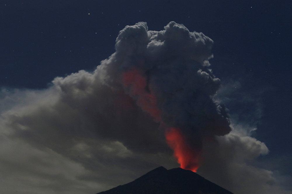Бали аралдарындагы (Индонезия) Агунг жанар тоосу атылды