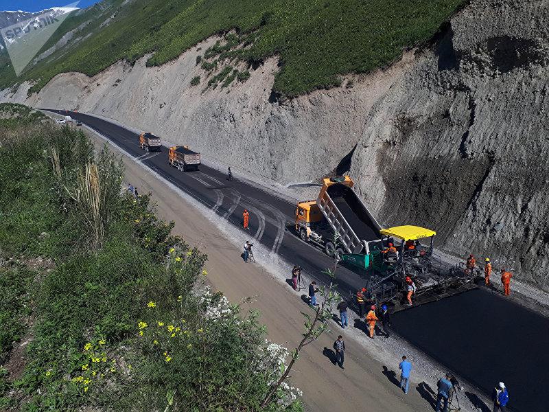 Укладка асфальта на альтернативной дороге север — юг по маршруту Балыкчи — Кочкор — Арал — Казарман — Джалал-Абад.