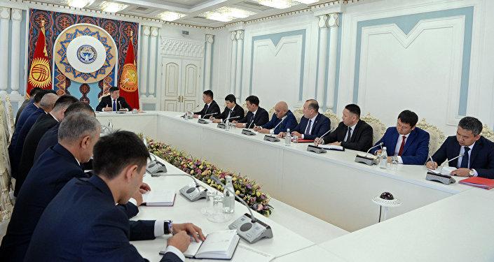 Президент Кыргызстана Сооронбай Жээнбеков предупредил о необходимости тщательной проверки деклараций о доходах и расходах всех государственных служащих без исключения