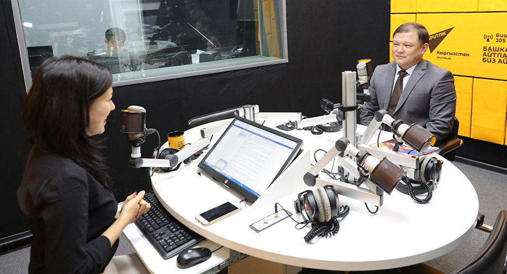 Спикер Жогорку Кенеша Дастан Джумабеков во время интервью на радио Sputnik Кыргызстан