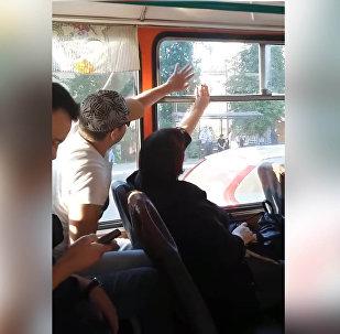 Видео схватки пассажиров за окно в автобусе стало вирусным