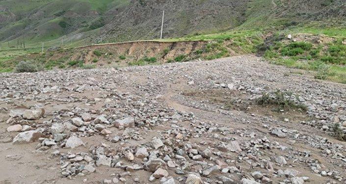 Сель закрыл трассу в Иссык-Атинском районе