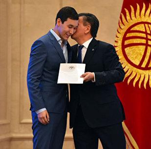 Жээнбеков поцеловал сына Бабанова, вручая золотой сертификат. Фотофакт