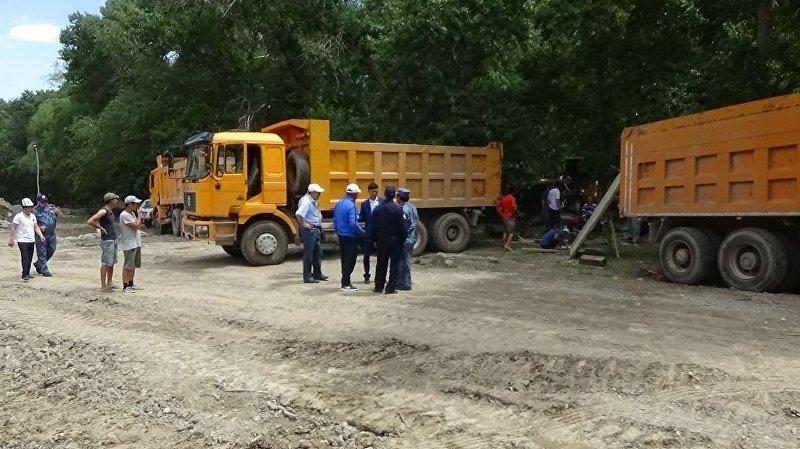 Добыча золота у реки Урмарал в Бакай-Атинском районе Таласской области