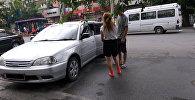 Бишкекчане вытащили из закрытой машины кричащую малышку