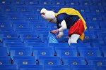 Болельщик сборной Японии убирает мусор после окончания матча 1/8 финала чемпионата мира по футболу между сборными Бельгии и Японии.