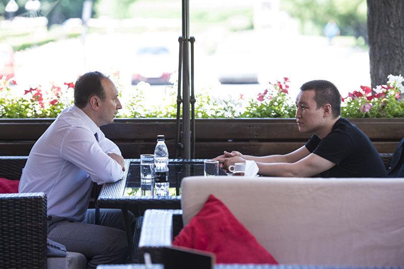 Посол Беларуси в Кыргызстане Андрей Страчко и шеф-редактор кыргызстанского хаба Sputnik Эркин Алымбеков