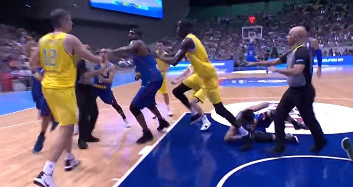 Баскетболисты двух команд устроили жестокую драку во время матча — видео