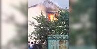 В Бишкеке горит двухэтажный дом, пожар тушат два расчета — видео
