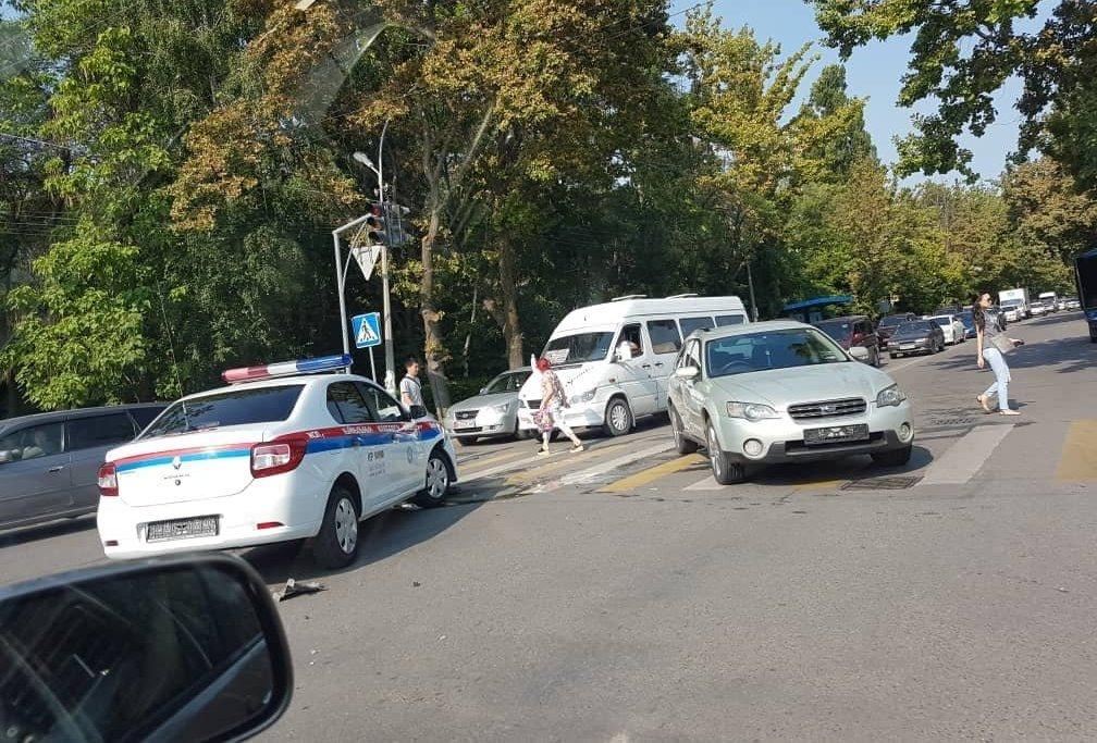 В Бишкеке столкнулись служебный автомобиль Renault Logan Управления обеспечения безопасности дорожного движения (УОБДД) ГУВД столицы и Subaru Outback