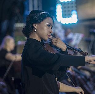 Скрипачка во время выступления. Архивное фото