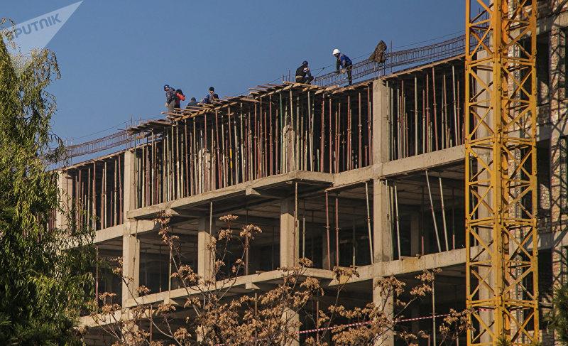 Строители воздвигают высотное здание в столице