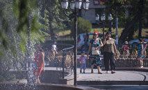 Женщины гуляют вдоль сквера близ ЦУМа в Бишкеке. Архивное фото