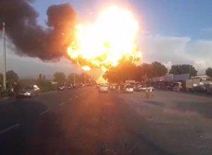 Мощнейший взрыв на границе с Таджикистаном - пожар на АЗС. Видео
