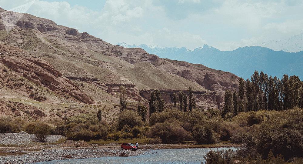 Река вдоль трассы Исфана — Баткен. Архивное фото