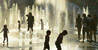 Монреаль шаарында фонтандын жанында ойноп жаткан балдар. Архив