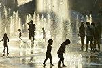 Дети играют около фонтанов в жаркий летний день. Архивное фото