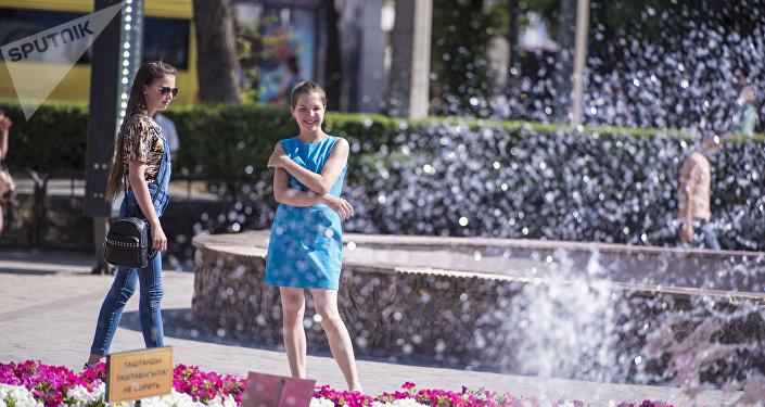 Девушки у фонтана близ ЦУМа в Бишкеке. Архивное фото