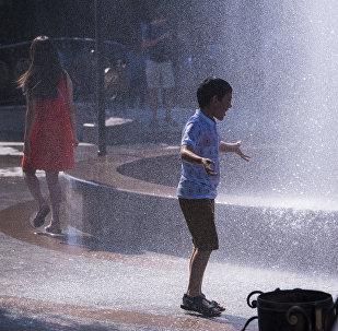 Мальчик у фонтанов в Бишкеке. Архивное фото