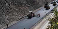 Рабочие компании Chine road во время укладки асфальта на альтернативной дороге север — юг по маршруту Балыкчи — Кочкор — Арал — Казарман — Джалал-Абад. Архивное фото