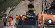 Рабочие во время укладки асфальта на альтернативной дороге север — юг. Архивное фото