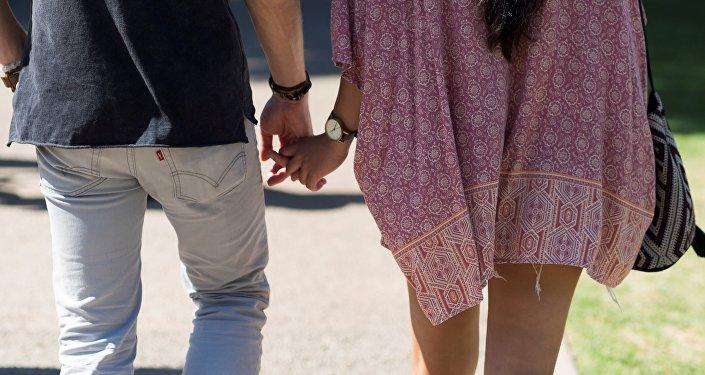 Пара держится за руки. Архивное фото