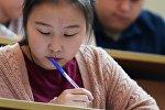 Девушка на экзамене. Архивное фото