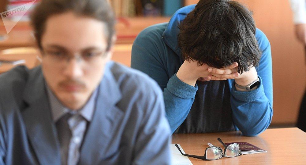 Жогорку класстын окуучулары сынак тапшырууда. Архивдик сүрөт