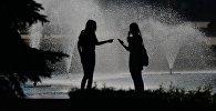 Девушки у фонтана. Архивное фото