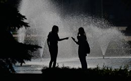 Девушки у фонтана в Москве. Архивное фото